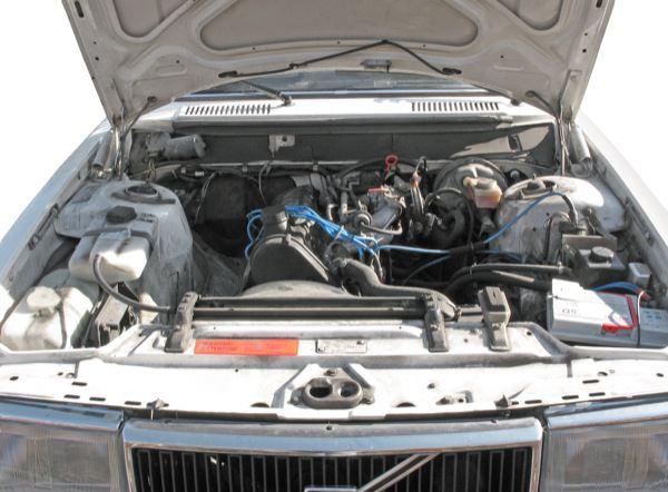 Volvo 200: engine compartment