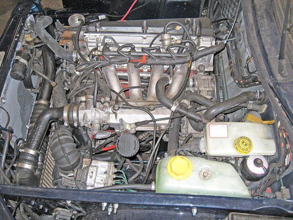 Saab 900 (-1993): engine compartment